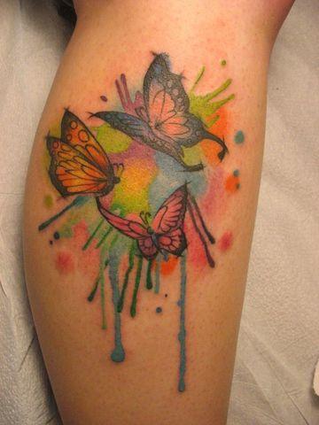 tatuajes de mariposas en acuarela en la pierna