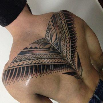 tatuajes tribales en la espalda de hombres