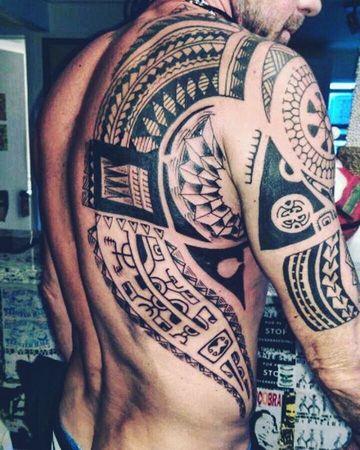 tatuajes tribales en la espalda y hombro de hombres