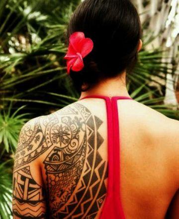 tatuajes tribales en la espalda y hombro de mujeres
