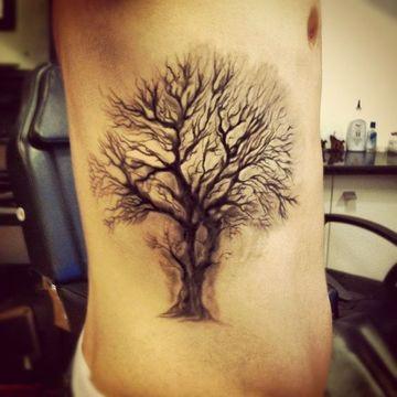 tatuajes de arboles para hombres en el costado