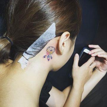 tatuajes de atrapasueños pequeños en el cuello