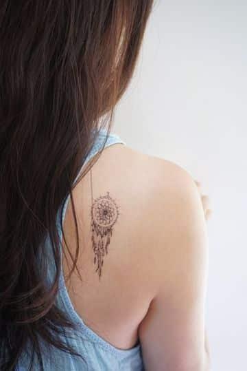 tatuajes de atrapasueños pequeños en la espalda