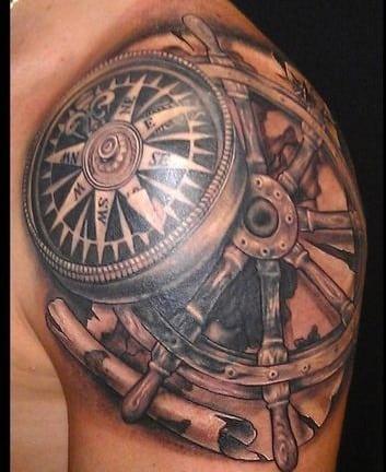 tatuajes de brujulas en el hombro
