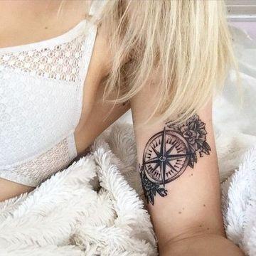tatuajes de brujulas para mujeres en el brazo