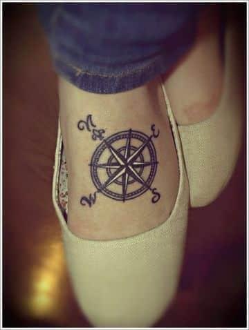 tatuajes de brujulas para mujeres en el pie