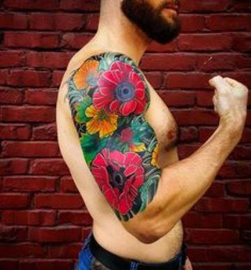tatuajes de flores para hombres en el brazo