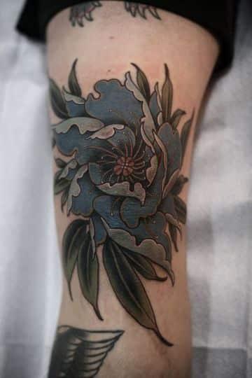 tatuajes de flores para hombres en la pierna