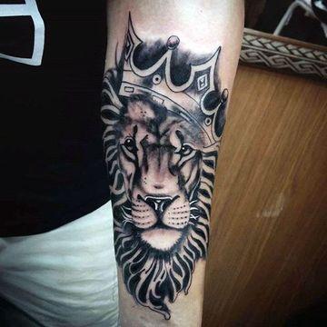 tatuajes de leones con corona de hombres