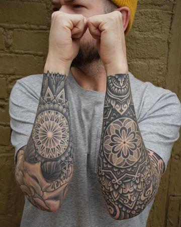 tatuajes de mandalas para hombres en ambos brazos