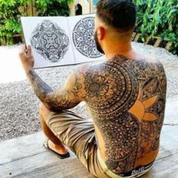 tatuajes de mandalas para hombres en la espalda