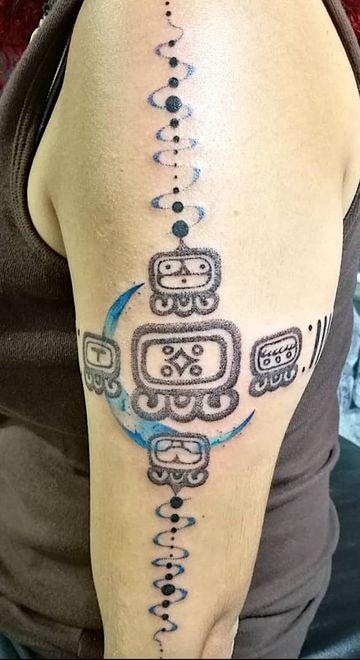 tatuajes de numeros mayas del hombro al brazo