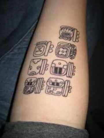 tatuajes de numeros mayas en el brazo