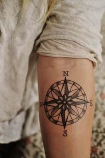 tatuajes de rosa de los vientos de hombres