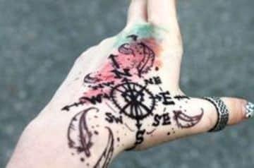 tatuajes de rosa de los vientos en la mano