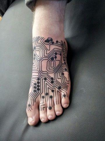 tatuajes en el pie para hombres de electronica