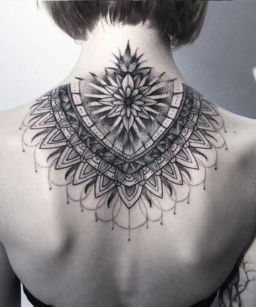 tatuajes en la nuca para mujeres grandes