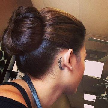 tatuajes en la oreja para mujer de nombres