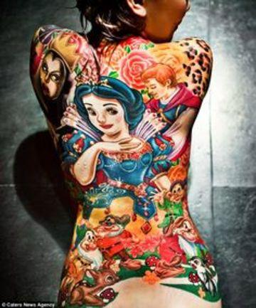 tatuajes en todo el cuerpo de blanca nieves