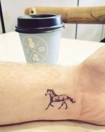 fotos de tatuajes de caballos en la muñeca