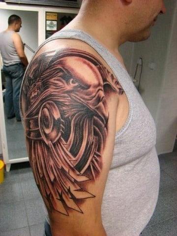 tatuajes de aguilas en el hombro para hombres