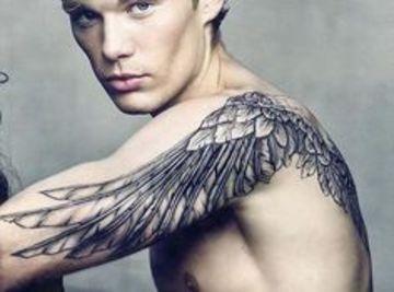 tatuajes de alas en el brazo de hombre