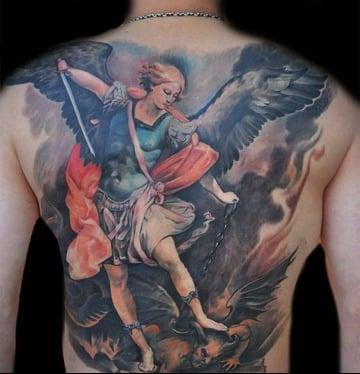 tatuajes de angeles y demonios en la espalda