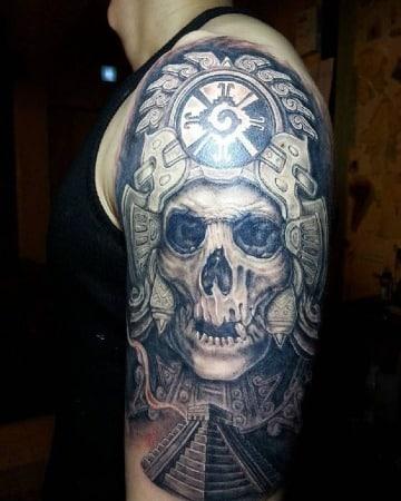 tatuajes de calaveras aztecas en el brazo