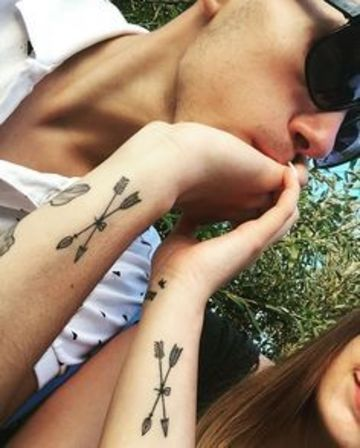 tatuajes de flechas para parejas cruzadas