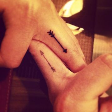tatuajes de flechas para parejas en las manos