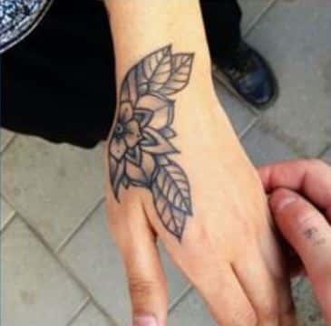 tatuajes de flores en la mano bonitos