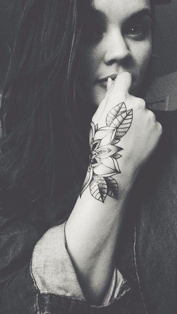 tatuajes de flores en la mano para mujeres