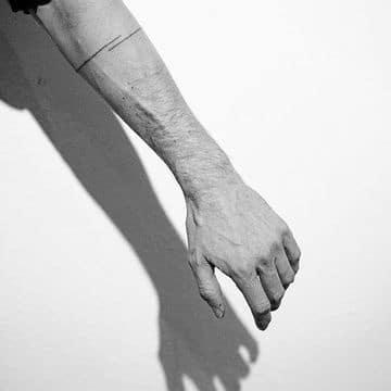 tatuajes de lineas en el brazo minimalista