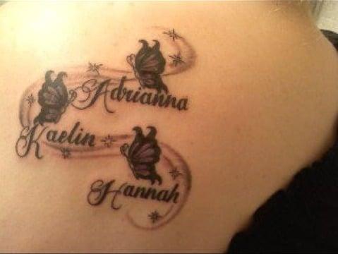 tatuajes de mariposas con nombres en la espalda