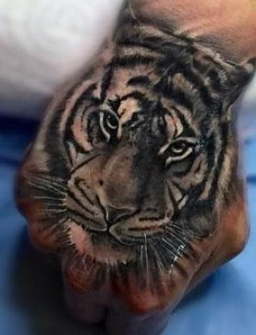 tatuajes en las manos hombre de animales