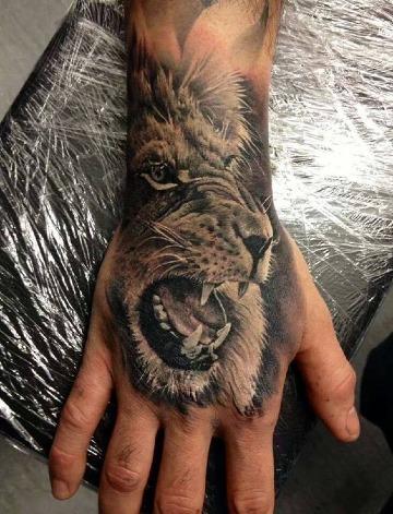 tatuajes en las manos hombre de leon