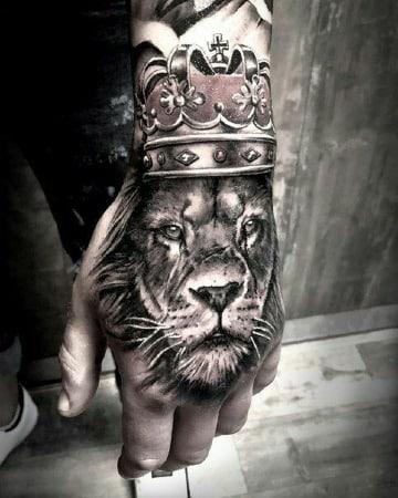 tatuajes medianos para hombres en la mano
