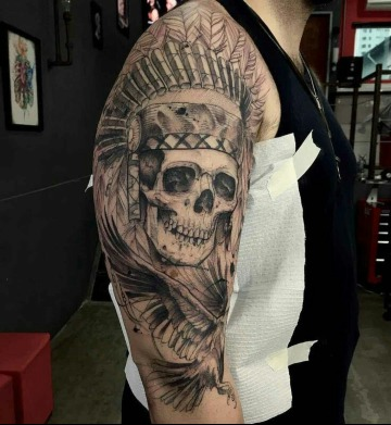 tatujaes de calaveras con penacho en el brazo