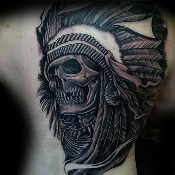 tatujaes de calaveras con penacho en la espalda