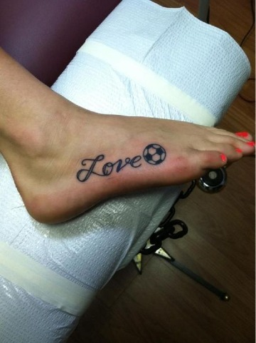 imagenes de tatuajes de futbol para mujeres