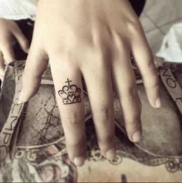 significado de tatuajes de corona mujeres