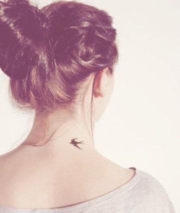tatuajes de golondrinas en el cuello pequeños