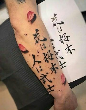 tatuajes de letras japonesas en el antebrazo