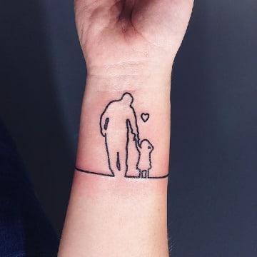 tatuajes de siluetas de personas en la muñeca
