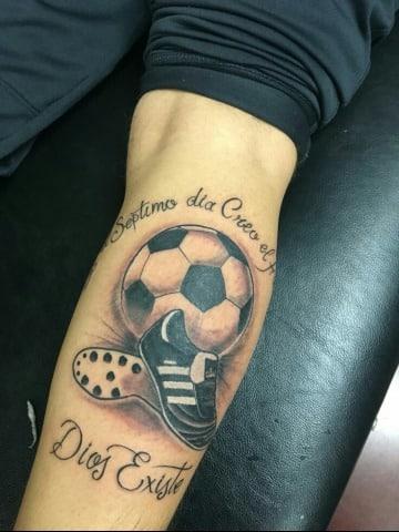 tatuajes de un balon de futbol con frase