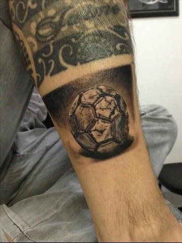 tatuajes de un balon de futbol para hombres