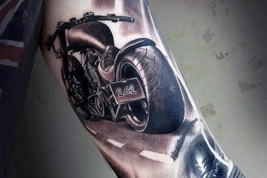 diseños de tatuajes de motos en el brazo