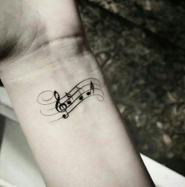 fotos de tatuajes de notas musicales en la muñeca