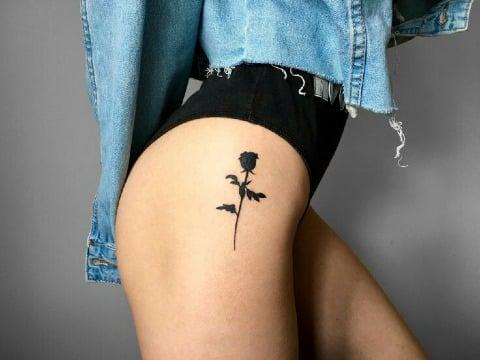 fotos de tatuajes de rosas en la cadera