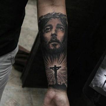 tatuajes de cristo en el antebrazo para hombres